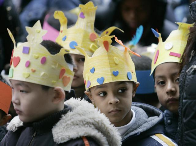 photo credit: http://www.huffingtonpost.com/2013/01/06/three-kings-day-celebration-history-and-traditions-behind-el-dia-de-los-reyes_n_2412379.html?utm_hp_ref=latino-voices&utm_hp_ref=latino-voices#slide=588199